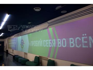 Широкоформатная проекция в фойе школы