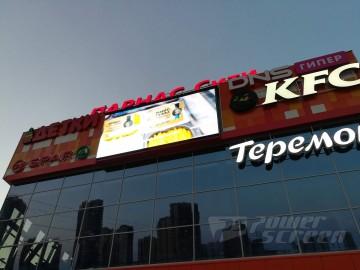 LED экран на фасаде торгового центра