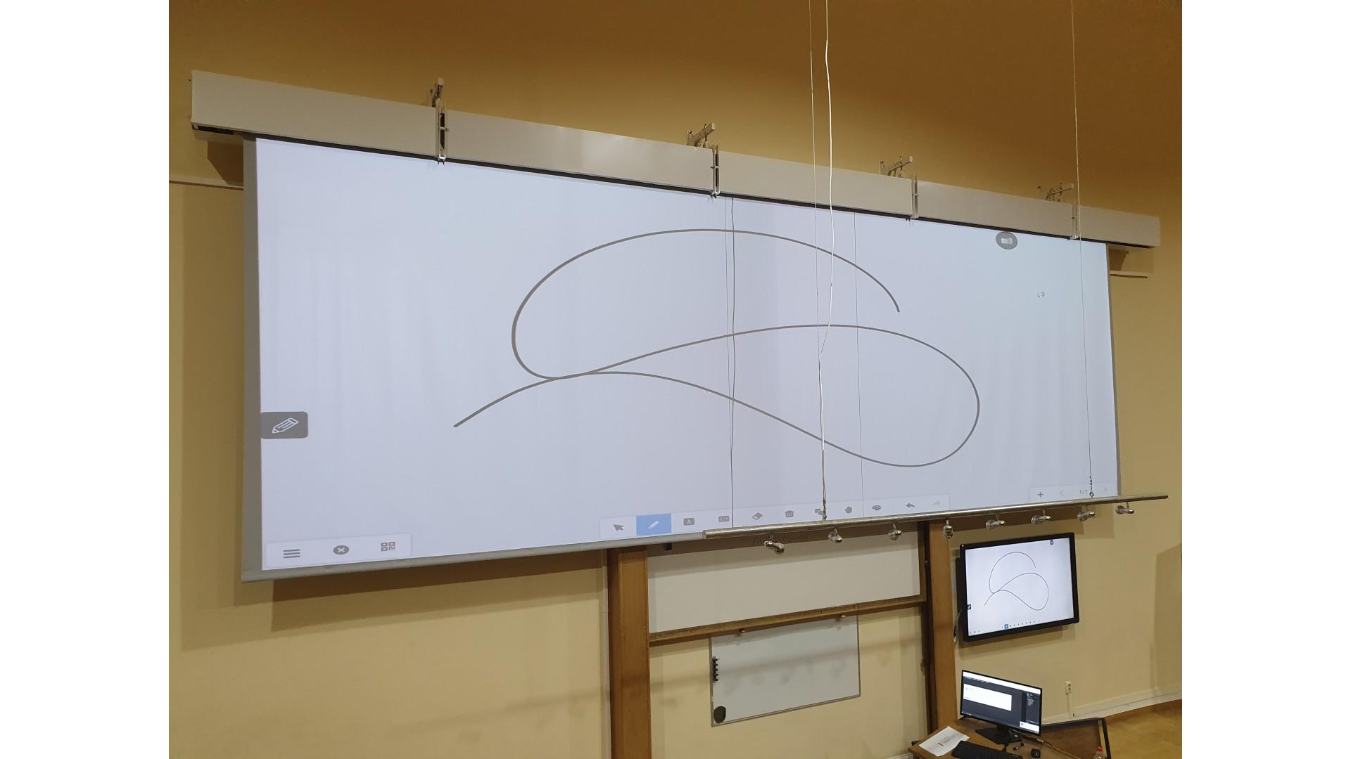 Широкоформатный моторизованный экран для лектория